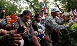 Оппозиция Таиланда блокирует правительственные здания и захватывает СМИ