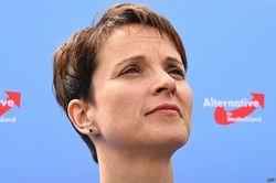 Лидер евроскептиков Германии призывает стрелять в беженцев