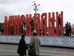 К приезду Путина по Минску возят трехметровую надпись «Минск наш!»