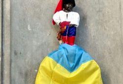 «Писающий мальчик»: одежда в стиле флага РФ и флаг Украины в ногах