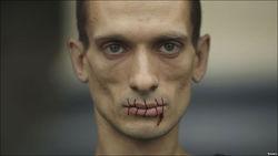 Павленский повесился на Красной площади, протестуя против войны с Украиной