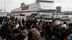 В Греции пытаются переселить беженцев из Пирея в убежища