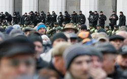 Протестующие у Верховной Рады объявили о блокаде бизнеса Порошенко