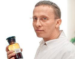Актеру Охлобыстину вручили бутылку с кровью прямо на сцене