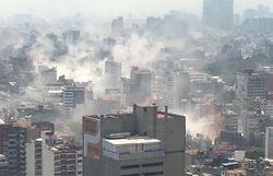 Мехико после землетрясения окутали клубы дыма