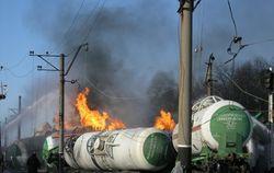 В Донбассе никак не могут потушить цистерны со сжиженным газом