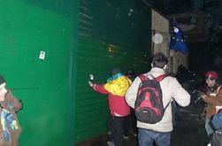 Автомайдан пикетировал поместье Медведчука: сломан 3-х метровый забор