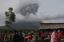 Из-за активности вулкана Синабунг в Индонезии эвакуировано 22 тыс. жителей