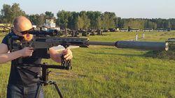 Яценюк без дела не сидит – испытал новую снайперскую винтовку