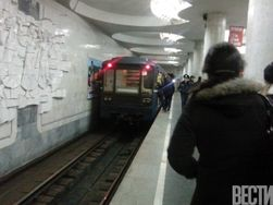 В Харькове пассажир метро бросился под поезд и парализовал север города