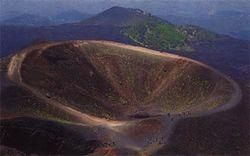 Вулкан Этна активизировался – слышны толчки, окрестности засыпает пеплом