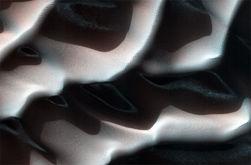 НАСА опубликовала поражающие взор снимки зимних дюн Марса