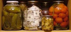 Все больше россиян хранят деньги дома