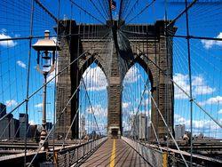В Нью-Йорке частично обрушился Бруклинский мост – есть раненые