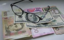 За год зарплаты украинцев потеряли треть в долларовом эквиваленте
