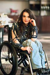 Украинская модель на инвалидной коляске изменила философию от кутюр