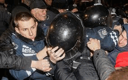 Демонстранты встали на пути спецназа