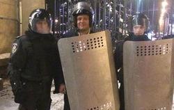 """Губернатор Добкин в форме внутренних войск готовится """"давать отпор"""" Майдану"""