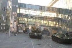 """В сети появилось видео под названием """"Киборг-танки"""" на взлетной  полосе"""