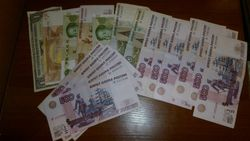 Курс рубля снижается к евро, фунту стерлингов и иене