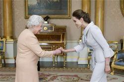 Елизавета II присвоила титул почетной дамы Анджелине Джолы