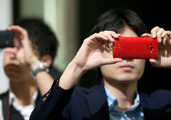 В битве между зеркальными фотокамерами и смартфонами продолжают выигрывать последние