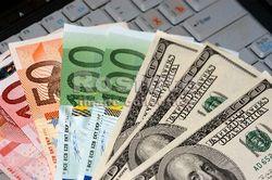 Курс евро на Forex начинает четверг со снижения к доллару