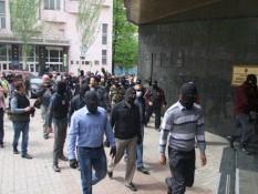 Сторонники Донецкой республики охраняют банк Януковича-младшего