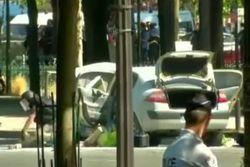 Пылающий автомобиль протаранил полицейский фургон в Париже