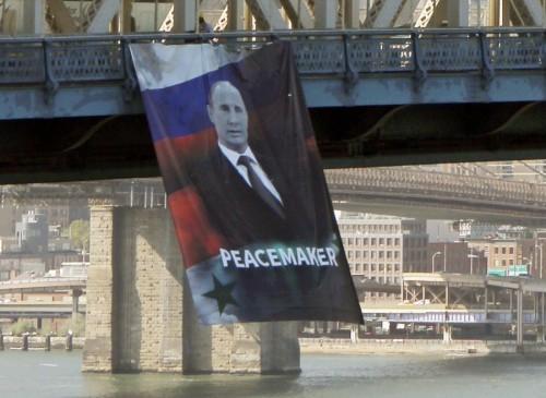 Неизвестные вывесили намосту вцентре Нью-Йорка плакат спортретом В. Путина