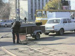 Украинцы вместо Автодора вышли сами ремонтировать свои дороги