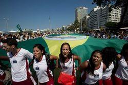 Сотни тысяч людей вышли на улицы Бразилии с протестом против коррупции