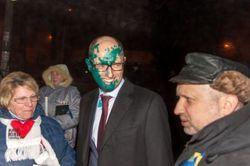 Харьковчанина, облившего зеленкой Яценюка, суд наказал штрафом в 100 гривен