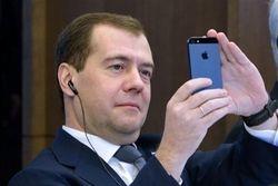 В неофициальном аккаунте Twitter Медведев читает Навального и Ходорковкого