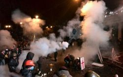 Перемирие на Грушевского в Киеве закончено: горят костры, летят шумовые гранаты