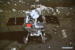 Невероятные снимки первых шагов по Луне китайского лунохода