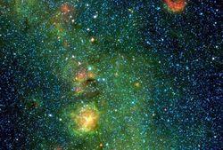 Телескоп WISE заснял в Тройной туманности огромное облако рождающихся звезд