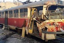 В Днепропетровске военный бронетранспортер влетел в трамвай