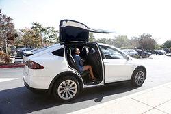 Первые покупатели Tesla Model X жалуются на низкое качество электрокара