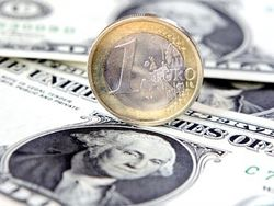 Курс евро продолжает ослабление к доллару на Forex