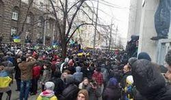 Порошенко: АП Януковича штурмуют «титушки»