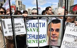 Весь мир требует освободить Олега Сенцова