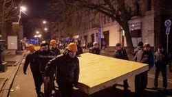 Активисты строят баррикады на Евромайдане