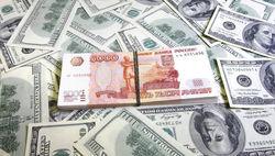 Снижение курса рубля к доллару провоцирует рост спроса на валюту в 1,5 раза