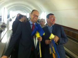 Яценюк и Луценко агитировали за интеграцию в ЕС в переполненном метро в центре Киева