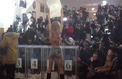 Девушка из Femen оголилась перед голосующим Кличко