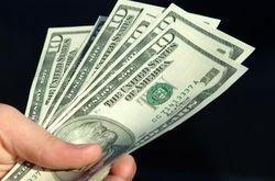 Курс доллара продолжает укрепляться к основным мировым валютам