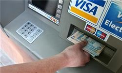 Банки Украины постепенно снимают ограничения на выдачу наличных