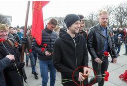 Украинский футболист Тимощук радостно носит георгиевскую ленту
