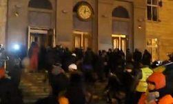 Митингующие под здание ОГА в Черкассах